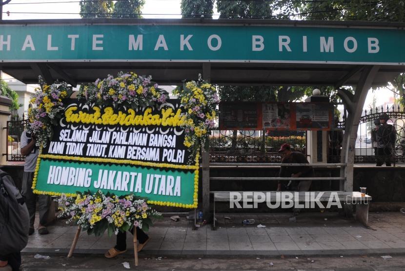 Pekerja membawa karangan bunga duka cita pasca insiden kerusuhan antara petugas kepolisian dan narapidana di Mako Brimob, Depok, Jawa Barat, Kamis (10/5).