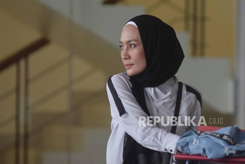 Model asal Manado, Fenny Steffy Burase  tiba di  Komisi Pemberantasan Korupsi ( KPK) untuk menjalani pemeriksaan di Gedung KPK, Jakarta, Rabu (1/8).