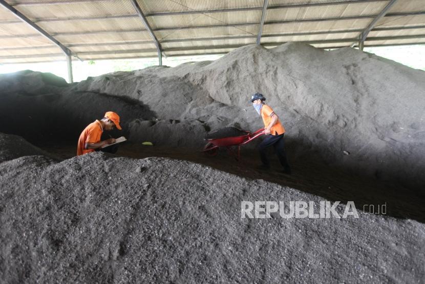 Direktur Pengelolaan Sampah Kementerian Lingkungan Hidup dan Kehutanan (KLHK) Novrizal Tahar menyatakan pemerintah terus mendorong peningkatan kapasitas pengelolaan sampah di daerah. (Foto: Tempat Pengelolaan Sampah Terpadu (TPST) Bantargebang, Bekasi, Jawa Barat)