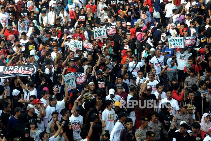 Peserta Aksi 2019 Ganti Presiden membentangkan spanduk di hari bebas kendaraan bermotor di Kawasan Bundaran Hotel Indonesia, Jakarta, Ahad (29/4).