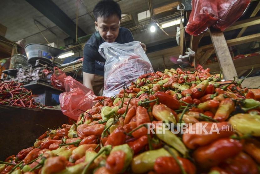 Harga Cabai Naik. Pedagang merapikan cabai di Pasar Inpres Senen, Jakarta Pusat, Ahad (21/7).