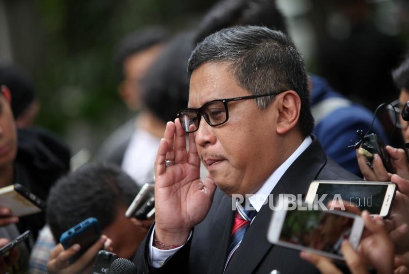 Sekjen PDI Perjuangan Hasto Kristiyanto memberikan keterangan kepada media seusai menemui Ketua Umum PDI Perjuangan Megawati Soekarnoputri terkait mengenai pengunduran diri Azwar Anas dari Cawagub Jawa Timur dikediaman Megawati, Jalan Teuku Umar, Jakarta, Sabtu (6/1).