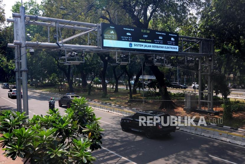 Penambahan Kamera Tilang Elektronik.Kendaraan melintasi Kamera pengawas atau Closed Circuit Television (CCTV) terpasang di kawasan Jalan Medan Merdeka Barat, Jakarta Pusat, Senin (1/7).