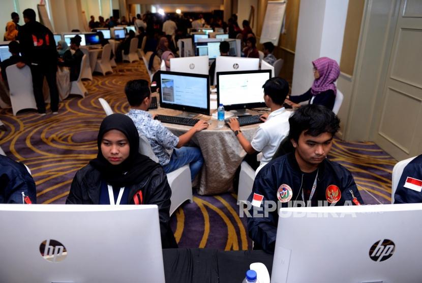 Sejumlah petugas saat menginput data formulir C1 di War Room Real Count, Hotel Gran Melia, Kuningan, Jakarta, Ahad (17/4).