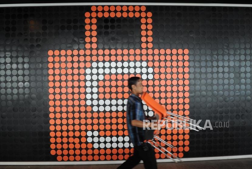Pekerja melakukan aktifitas dikantor pusat Shopee Indonesia di Jakarta, Senin (14/1).