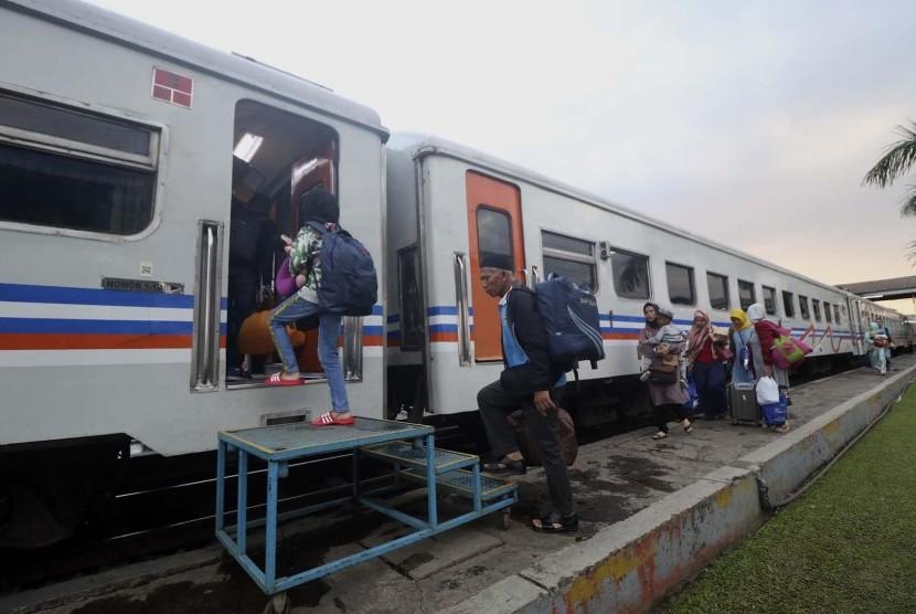 Jalur Kereta Bumiwaluya Kembali Normal