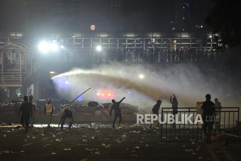 Demonstran terlibat bentrok dengan aparat saat menggelar aksi unjuk rasa di depan gedung Bawaslu, Jakarta, Rabu (22/5).