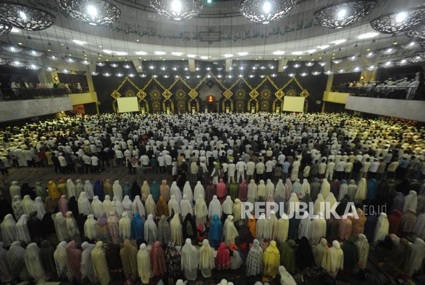 Ribuan umat muslim peserta Dzikir Nasional 2017 menunaikan shalat Maghrib berjamaah di Masjid At-tin, Jakarta, Ahad (31/12).