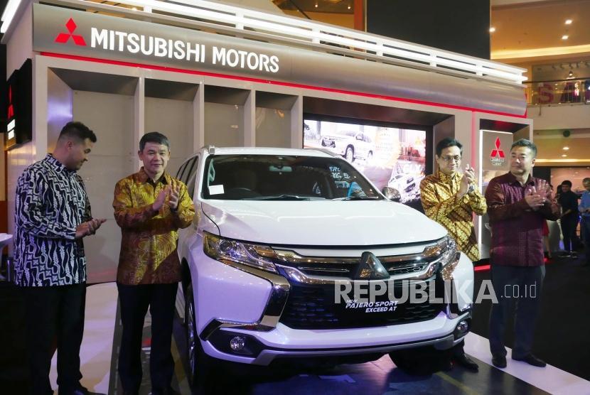 Product Ambassador Mitsubishi Indonesia Rifat Sungkar, President Director PT Mitsubishi Motor Krama Yuda Sales Indonesia (MMKSI) Kyoya Kondo, Director PT MMKSI Irwan Kuncoro, Director PT MMKSI Osamu Iwaba (kiri-kanan) memperlihatkan Mitsubishi New Pajero Sport Exceed 4x2 AT pada peluncurannya di Jakarta, Rabu (17/1).