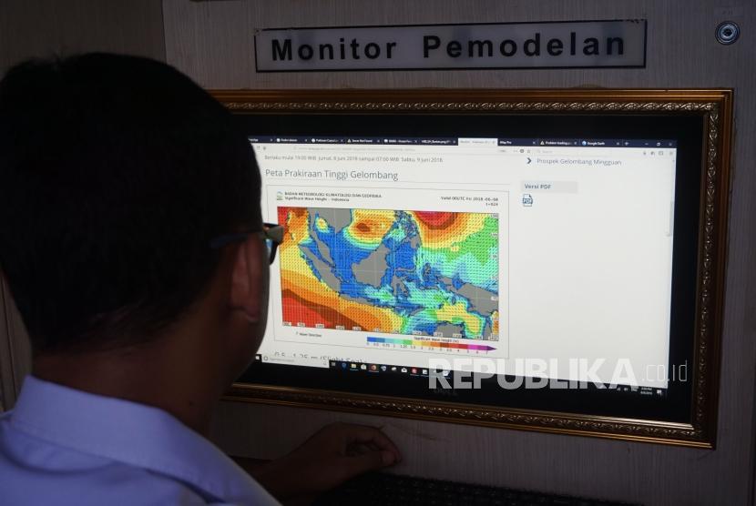 Posko Info Cuaca :Petugas mengecek informasi cuaca dan gelombang
