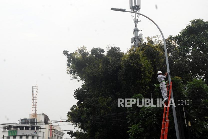 Petugas melakukan pemeliharaan penerangan jalan umum (PJU). Dishub Kota Depok akan memasang PJU di 11 kecamatan.