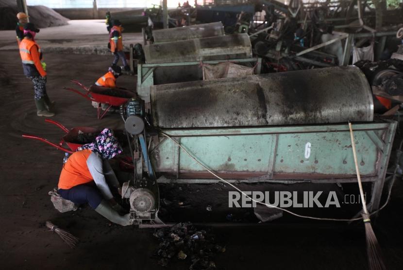 Sejumlah pekerja mengolah sampah pasar dengan fasilitas mesin pengomposan di Tempat Pengelolaan Sampah Terpadu (TPST) Bantargebang, Bekasi, Jawa Barat, Rabu (21/3).