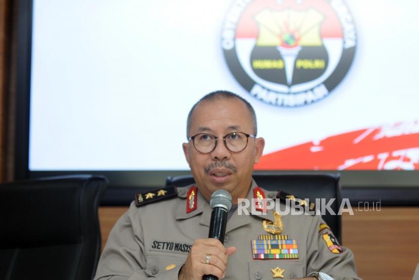 Kepala Divisi Humas Mabes Polri Irjen Pol Setyo Wasisto memberikan paparan saat konferensi pers di Mabes Polri, Jakarta, Jumat (11/5).