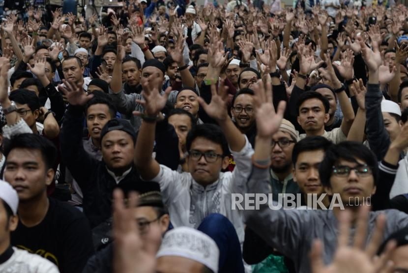 Para pengunjung bertepuk tangan dengan menggunakan bahasa isyarat saat komunitas tuli berada di atas panggung hijrah fest di  Jakarta Convention Center, Ahad (11/11).