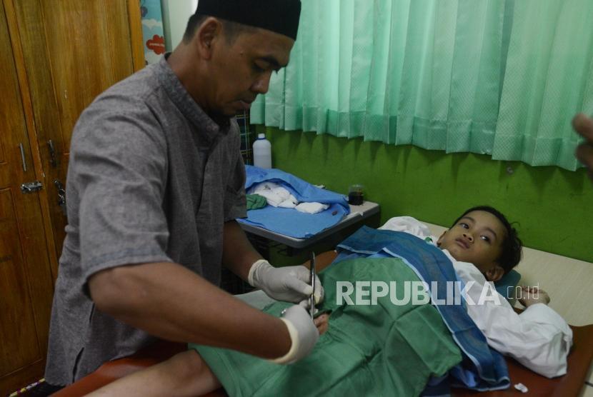 Anak-anak saat mengikuti kegiatan sunat massal di Masjid Al Iman, Bintara Jaya, Bekasi, Jawa Barat (Ahad (16/12).