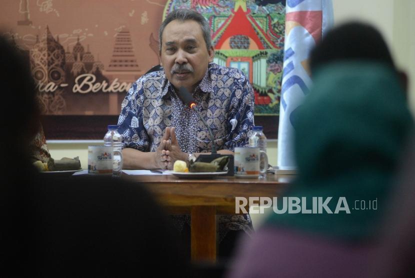 Pengamat Politik LIPI Syamsuddin Haris (kanan) memaparkan pandanganya dalam diskusi bertema