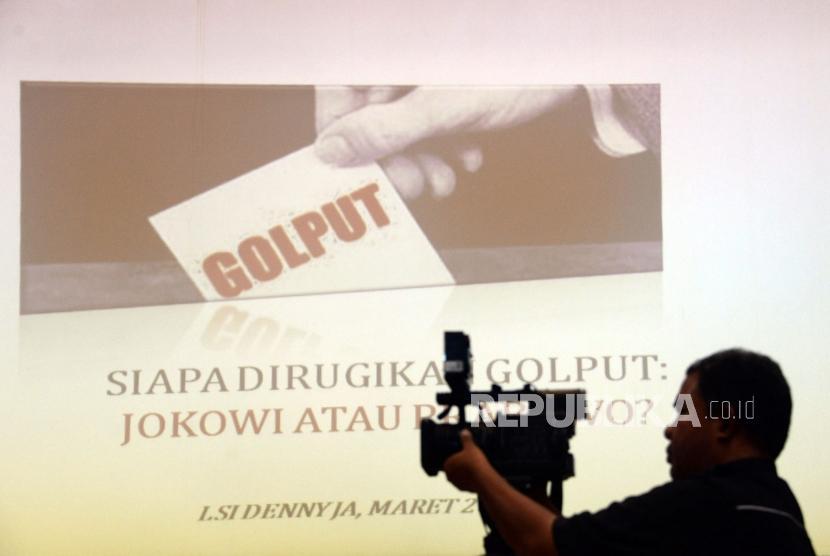 Survei LSI. Jurnalis mengambil gambar ketika rils survei terkini bertajuk Siapa Dirugikan Golput: Jokowi atau Prabowo? di Jakarta, Selasa (19/3).