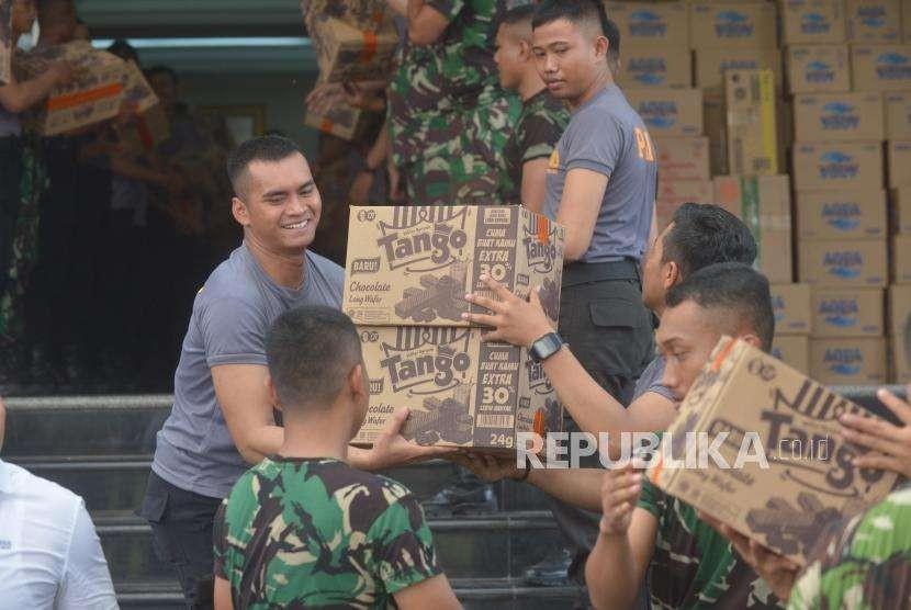 Anggota TNI dan Polisi memasukkan sejumlah barang bantuan untuk korban bencana gempa bumi dan tsunami  Palu Donggala di Polda Metro Jaya, Jakarta, Rabu (3/10).