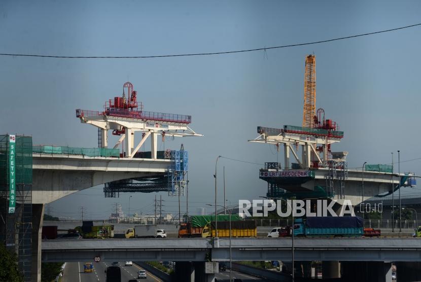 Suasana pembangunan proyek Kereta Light Rail Transit (LRT) di Jakarta, Jumat (4/1).