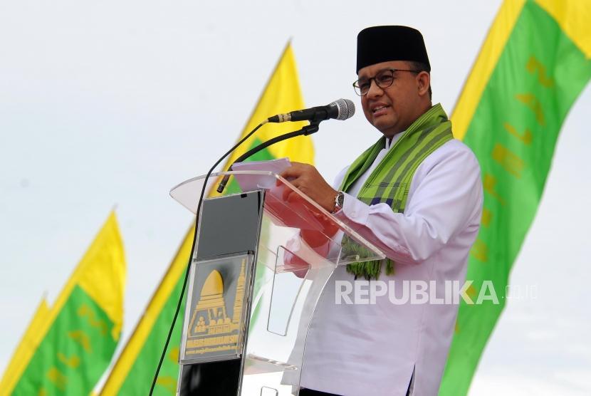 Gubernur DKI Jakarta Anies Baswedan memberikan sambutan pada peringatan Maulid Nabi Muhammad SAW 1439 Hijriah di Lapangan Medan Merdeka Selatan Monumen Nasional (Monas), Jakarta, Jumat (1/12).