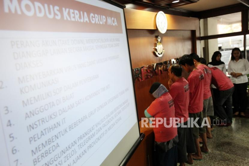 Sejumlah tersangka diperlihatkan saat rilis Pelaku penyebaran isu provokatif dan ujaran kebencian yang terorganisir dengan nama The Family Muslim Cyber Army di Bareskrim Polri, Jakarta, Rabu (28/2).