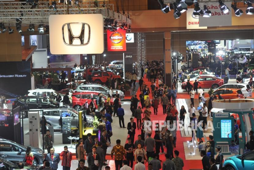 Suasana Pameran otomotif Indonesia International Motor Show (IIMS) 2019 di JIExpo Kemayoran, Jakarta, Kamis (25/4).