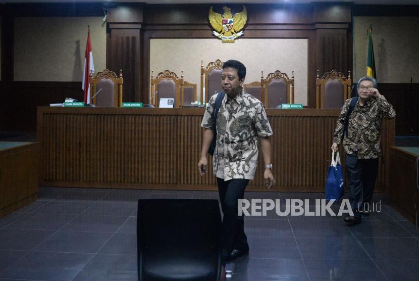 Mantan Ketua Umum Partai Persatuan Pembangunan (PPP) Romahurmuziy berjalan keluar usai mengikuti sidang dengan agenda pembacaan dakwaan di Pengadilan Tipikor, Jakarta, Rabu (11/9).