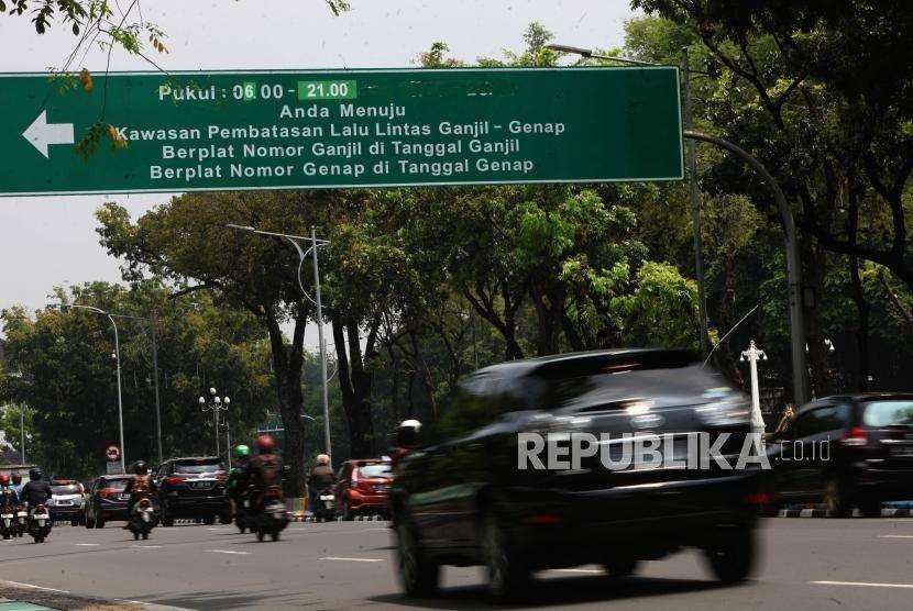 Sejumlah kendaraan melintas saat penerapan sistem ganjil genap di Jalan Medan Merdeka Utara, Jakarta, Senin (3/9).