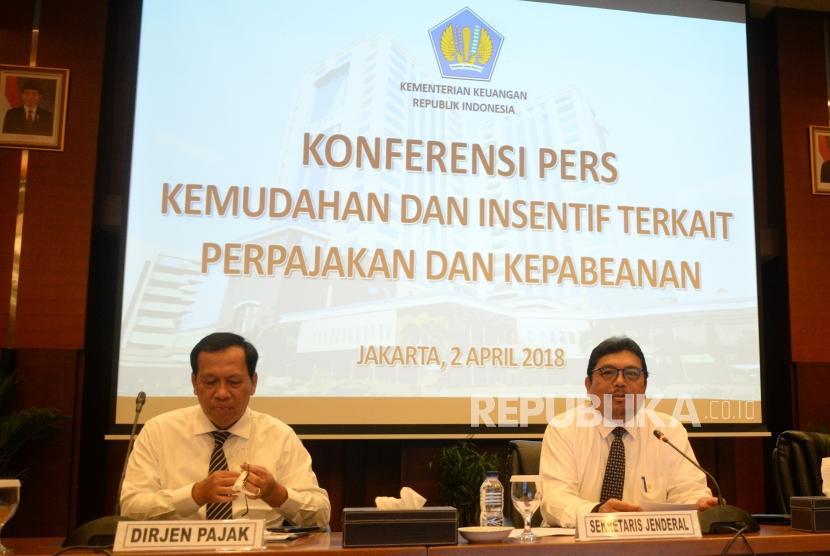 Kemudahan Perpajakan dan Kepabeanan. Dirjen Pajak Robert Pakpahan bersama Sekjen Kemenkeu Hadiyanto (dari kiri) bersiap memberikan keterangan pers di Kementerian Keuangan, Jakarta, Senin (2/4).
