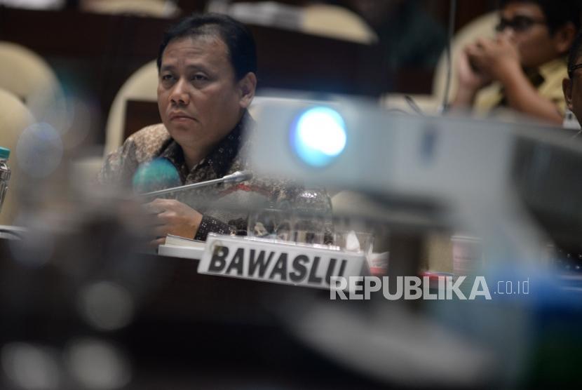 Ketua Bawaslu Abhan mengikuti Rapat Dengar Pendapat (RDP) dengan Komisi II DPR di Kompleks Parlemen Senayan, Jakarta, Selasa (13/3).