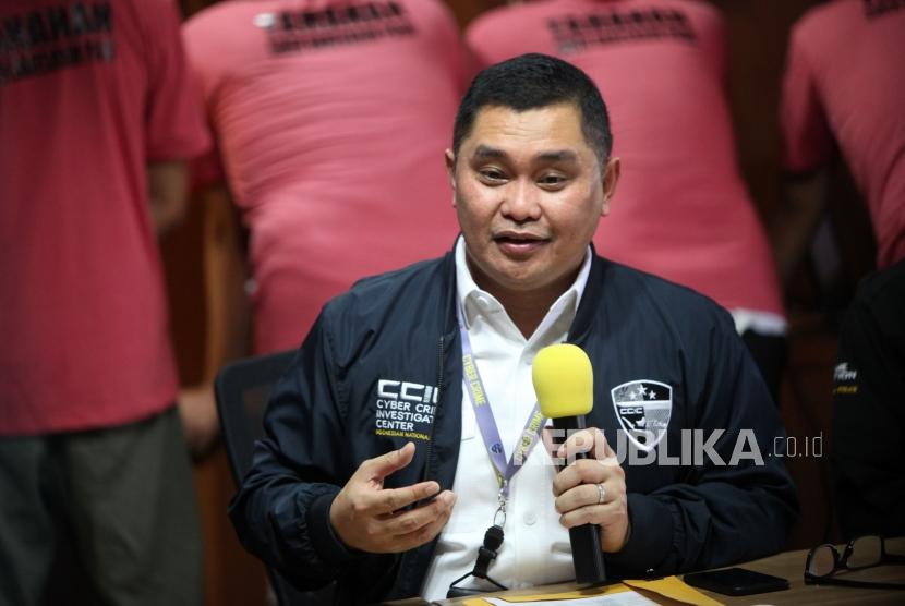 Direktur Tindak Pidana Siber Bareskrim Polri Brigjen Pol Fadil Imran memberikan keterengan saat rilis Pelaku penyebaran isu provokatif dan ujaran kebencian yang terorganisir dengan nama The Family Muslim Cyber Army di Bareskrim Polri, Jakarta, Rabu (28/2).