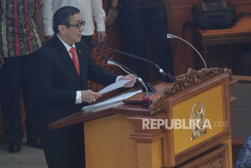 Menteri Hukum dan HAM RI Yasonna Laoly memberikan sambutan pada Rapat Paripurna di Kompleks Parlemen Senayan, Jakarta, Jumat (25/5).