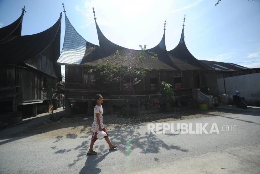 Warga berjalan di kawasan seribu rumah gadang, Solok Selatan, Suamtera Barat, Sabtu  (10/2).