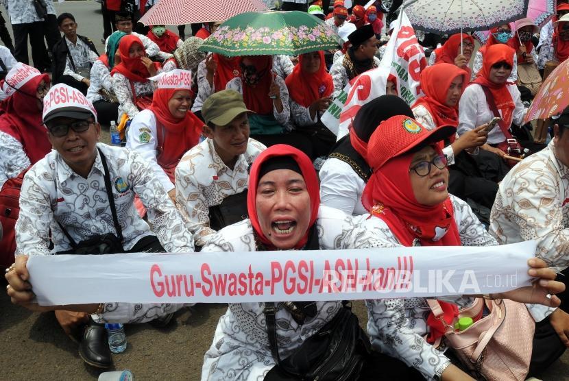 Sejumlah guru honorer menggelar aksi di depan Gedung DPR, Senayan, Jakarta, Selasa (27/3).