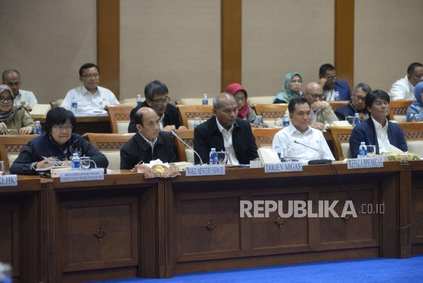 Menteri LHK Siti Nurbaya bersama Wamen ESDM Archandra Tahar mengikuti rapat kerja dengan Komisi VII DPR di Kompleks Parlemen, Senayan, Jakarta, Senin (16/4).