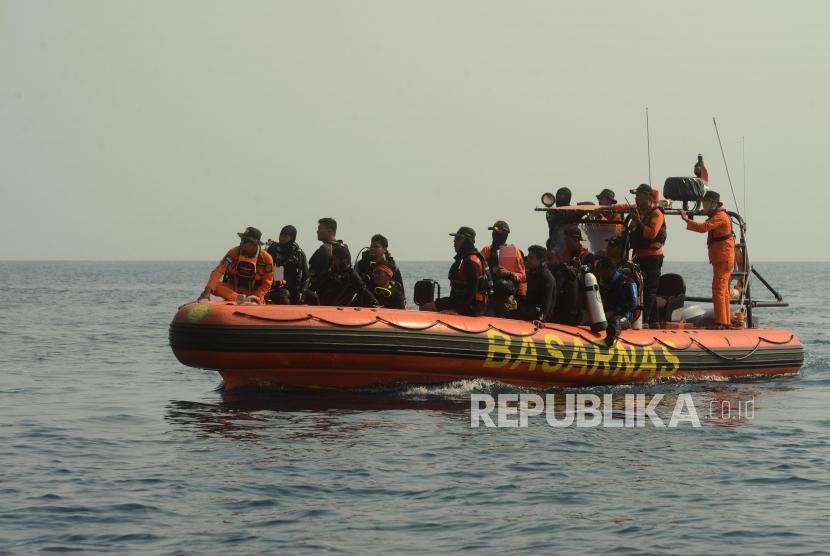 Sejumlah Tim SAR gabungan saat melakukan pencarian dalam proses evakuasi pesawat Lion Air JT 610 di Perairan Karawang, Jawa Barat, Rabu (31/10).