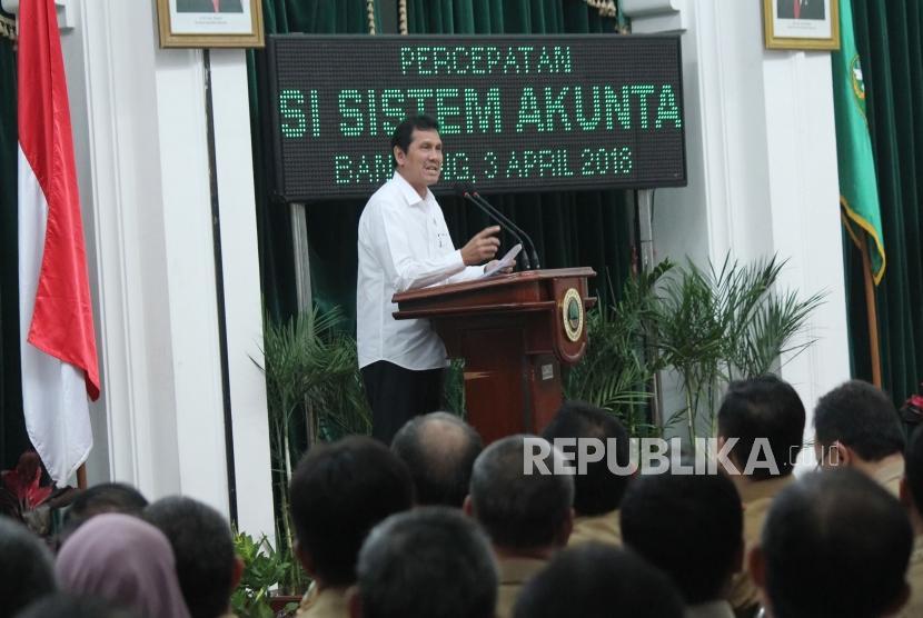 Menteri Pendayagunaan Aparatur Negara dan Reformasi Birokrasi (Menpan RB) Asman Abnur menyampaikan program Percepatan Reformasi Birokrasi Melalui Implementasi Sistem Akuntabilitas Kinerja Instansi Pemerintah (Sakip), di Aula Barat, Gedung Sate, Kota Bandung, Selasa (3/4).