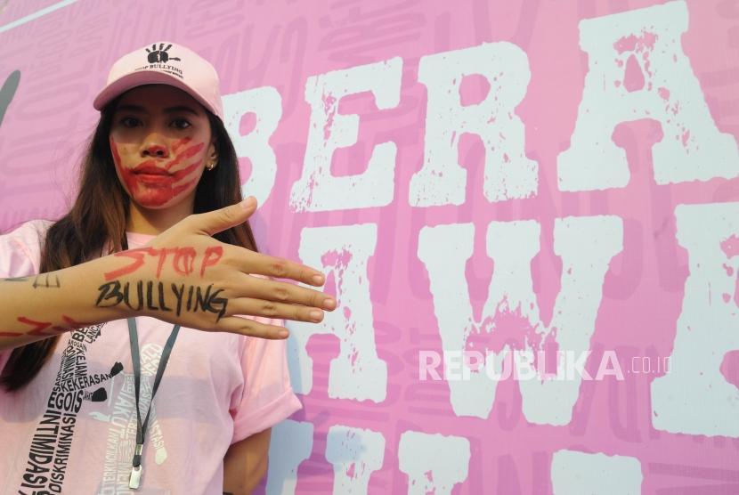 Relawan melakukan kampanye dengan menulsikan tentang bullying   dalam acara Stop Bullying di  kawasan hari bebas kendaraan bermotor (HBKB) Bundaran Hotel Indonesia, Jakarta, Ahad (13/5).