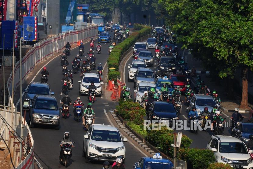 Kendaraan melintas pada hari pertama uji coba perluasan ganjil genap di Jalan HR. Rasuna Said, Kuningan, Jakarta Selatan, Senin (2/7).