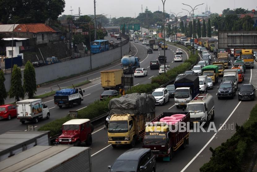 Antrean kendaraan saat melintas di ruas Jalan Tol Lingkar Luar atau Jakarta Outer Ring Road (JORR) di Jakarta, Rabu (4/7).