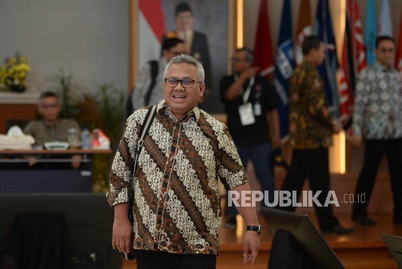 Ketua KPU Arief Budiman berjalan usai mengikuti Rapat Pleno Rekapitulasi Suara Pemilu serentak 2019 Luar Negeri di gedung KPU, Jakarta, Ahad (5/5).
