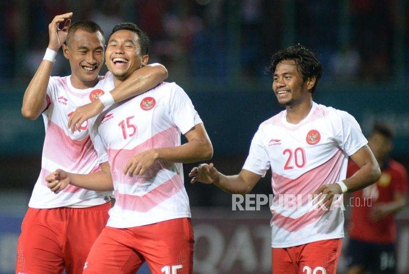 Selebrasi pesepak bola Indonesia Ricky Fajrin Saputra  (tengah) pada laga penyisihan Grup A cabang sepak bola Asian Games 2018 di Stadion Patriot, Bekasi, Jumat(17/8).