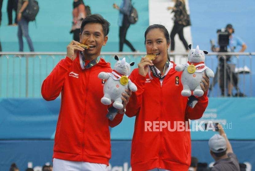 Emas Dari Tenis. Pasangan Ganda Campuran Tenis Christopher Rungkat dan Aldila Sutjiadi saat upacara pengalungan medali cabang Tenis nomor ganda campuran Asian Games 2018 di Komplek Olahraga Jakabaring, Sabtu (25/8).