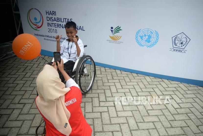 PeringatanHari Disabilitas Internasional 2018. Peserta berfoto di depan papan Hari Disabilitas Internasional 2018, Bekasi, Jawa Barat, Senin (3/12).