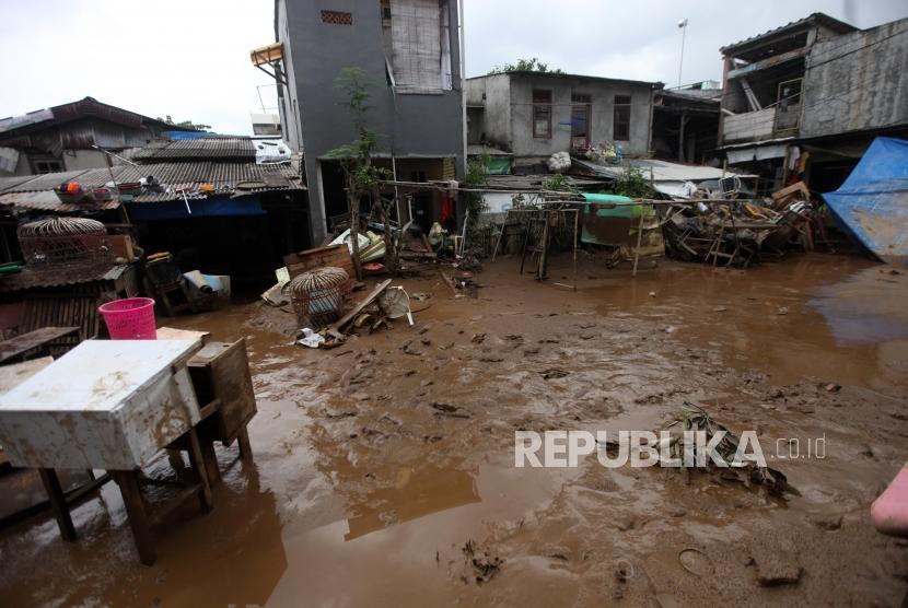 Suasana kondisi lumpur di Kawasan Rawajati pasca banjir, Jakarta, Selasa (6/2).