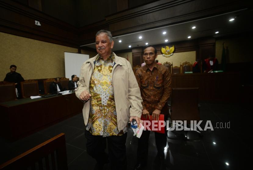 Direktur Utama PLN, Sofyan Basir (kiri) dan Direktur Pengadaan Strategis 2 PT PLN Supangkat Iwan Santoso (kanan) berjalan saat jeda sidang   di pengadilan Tindak Pidana Korupsi,Jakarta, Selasa (11/12).