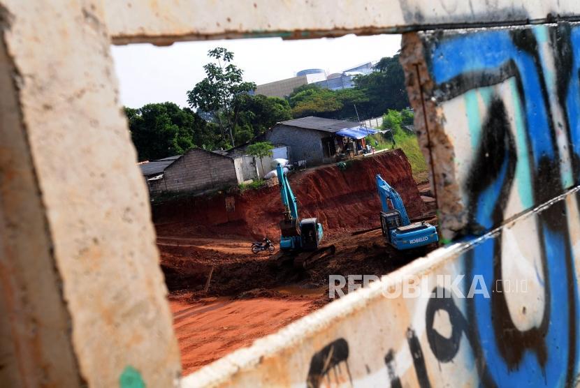 Sejumlah alat berat beraktivitas di dekat rumah yang berada di kawasan Tol Cinere-Jagorawi (Cijago) Seksi II, Depok, Jawa Barat, Sabtu (7/7).