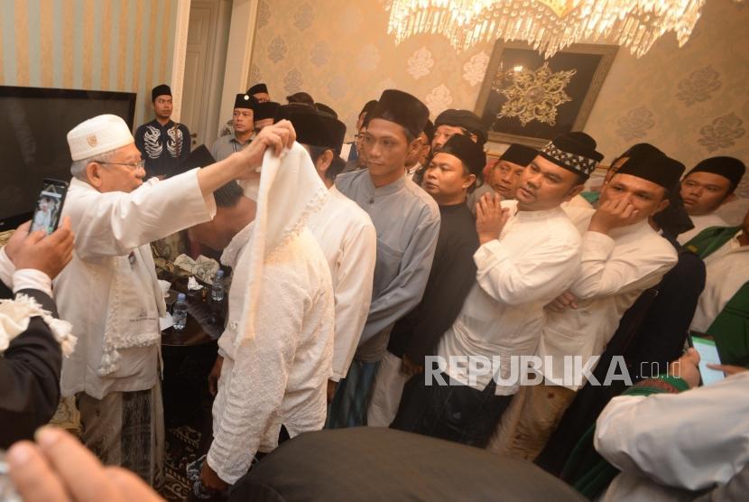 Calon Wakil Presiden Republik Indonesia no urut  satu, Maa'aruf Amin  memberikan sorbn dalam silaturahim dan pertemuan dengan kiai-kiai se Jakarta Timur di kediaman K.H Ma'aruf Amin, Jakarta,Senin (11/05).
