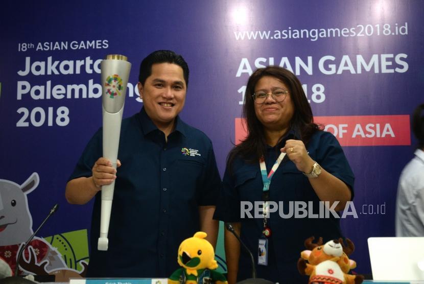 Pawai Obor ASIAN Games. Ketua Umum INASGOC Erick Thohir (kiri) bersama Direktur Ceremonies Inasgoc Herty Purba memamerkan Obor ASIAN Games 2018 sebelum konfrensi pers di Jakarta, Kamis (12/7).