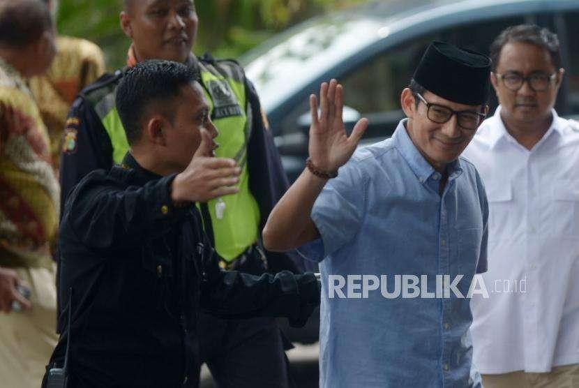 Bakal calon  wakil presiden Sandiaga Uno melambaikan tangan saat tiba di Komisi Pemberantasan Korupsi(KPK), Jakarta, Selasa (14/8).